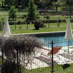 Fraicheur et farniente à la piscine du Domaine de la Gravière en Provence