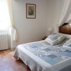 Gite Ste Baume, 1 ère chambre à l'étage avec un grand lit de 140/200